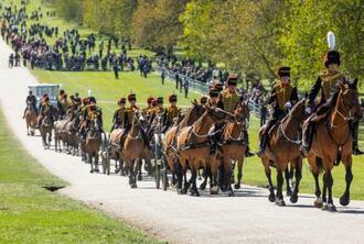 17日、英国のフィリップ殿下の葬儀のため、ロンドン郊外ウィンザー城に到着した王立騎馬砲兵(ゲッティ=共同)