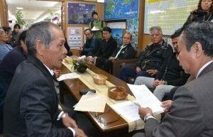 川満町長(右)にリゾート開発に反対するよう要請した大山公民館町(左)ら=竹富町役場