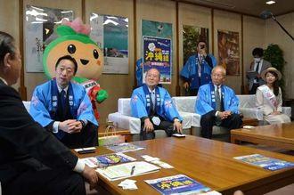 安慶田光男副知事(左端)を訪ねた福田良彦岩国市長(左から2人目)ら=22日、県庁