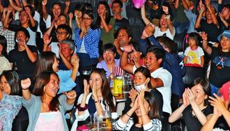 第4Qで喜多川修平が3ポイントシュートを決め、盛り上がるファン=22日、沖縄市・ミュージックタウン音市場