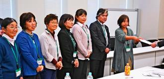 軍事拡大の中止を防衛省に要請した安次嶺雪音さん(右端)ら6市民団体のメンバー=5日、国会内