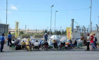 キャンプ・シュワブ前で抗議する市民ら=5日午前9時すぎ、名護市辺野古