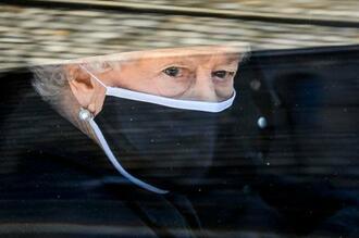 17日、英ロンドン郊外ウィンザー城で営まれたフィリップ殿下の葬儀に参列した専用車内のエリザベス女王(AP=共同)