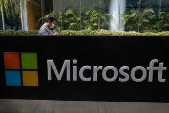 マイクロソフトの北京オフィスの前に設置された看板=8月(AP=共同)