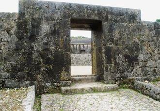 台風8号の強風で木製の門扉が外れた世界遺産の「玉陵」=9日、那覇市(県教育委員会提供)