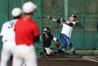 智弁和歌山高の選手に打撃を披露するイチローさん=4日、和歌山市