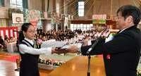 晴れの日に笑顔 沖縄県内の小学校で卒業式 那覇・曙小で49人旅立ち