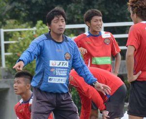 ホーム最終戦で最後の指揮を執るFC琉球の薩川了洋監督(左)=19日、糸満市西崎陸上競技場