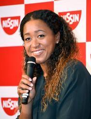 笑顔で記者会見する、テニスの全米オープンで四大大会シングルスの日本勢初優勝を果たした大坂なおみ選手=13日午前、横浜市内のホテル