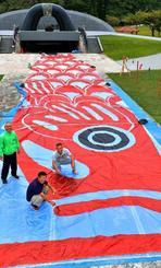 県平和祈念財団の「平和祈念こいのぼりまつり」で掲揚する全長35メートルの巨大こいのぼり=16日、糸満市摩文仁(下地広也撮影)