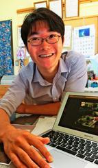 久米島町の農産物を使ったアイスクリーム作りを発案した、地域おこし協力隊の小宮山純さん。SNSによる情報発信にも余念がない=日、町山里の「山里ゆんたく市場」