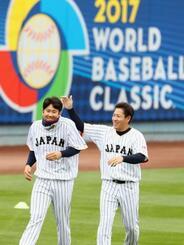 リラックスした表情で調整する菅野(左)と牧田=ロサンゼルス(共同)