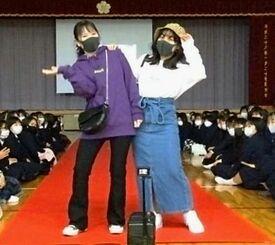 宣伝のため那覇商業高校内で開催したファッションショー(同校提供)