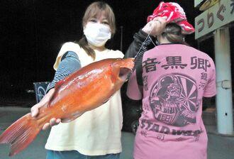 屋我地海岸で47.5センチ、1.55キロのアカジンを釣った當山富貴子さん=4日