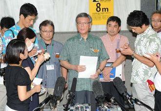 中谷元・防衛相との会談を終え、記者に質問に答える翁長雄志知事=16日午後、県庁
