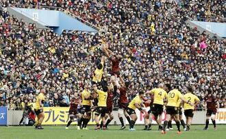 2020年1月に開幕したラグビーのトップリーグで、多くの観客が詰めかけた東芝―サントリー戦=東京・秩父宮ラグビー場