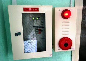 旅館業営業許可を取り付けるため、オーナーに無断で取り付けられた火災報知器=6月20日、那覇市