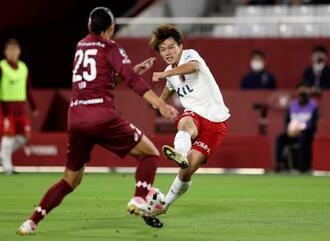 神戸―鹿島 後半、ゴールを狙う鹿島・上田(右)=ノエスタ