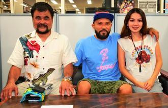 糸満に開設したジムをPRする山本KID徳郁さん(中央)。右は妻の結衣さん、左はボクシング元世界王者の平仲信明さん=沖縄タイムス社
