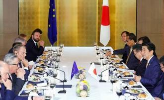 EUのユンケル欧州委員長(左手前から2人目)、トゥスク大統領(同3人目)と会談する安倍首相(右手前)=27日午前、大阪市内のホテル