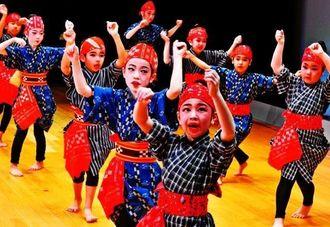 歌を口ずさみながら元気よく「三月チャー」を踊る子どもたち=3日午後、那覇市久茂地・タイムスホール(下地広也撮影)