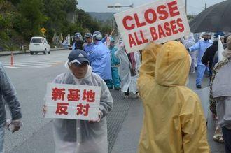 ゲート前で抗議する市民ら=14日午前10時40分ごろ、名護市辺野古
