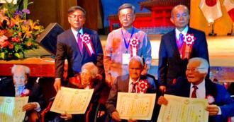 90歳以上のペルー県系人(前列)に感謝状を手渡した翁長雄志知事(後列右から2人目)=28日、ペルー沖縄県人会館(沖縄県提供)