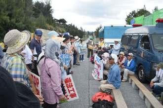 新基地建設阻止に向け連帯を誓う「辺野古土砂搬出反対全国連絡協議会」のメンバー(左側)=28日午前11時45分、米軍キャンプ・シュワブゲート前