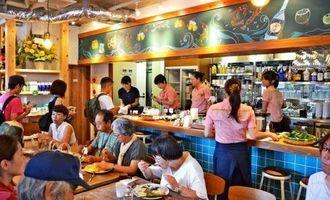 オープン初日から大勢の久米島ファンらでにぎわった「久米島印商店」の店内=22日、東京・阿佐谷の同店