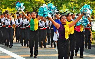 全国高文祭のパレードで、沿道を魅了した小禄高校吹奏楽部=30日午後6時ごろ、広島市中区(鈴木実撮影)