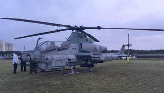 読谷村内の民間地に不時着した米軍普天間飛行場所属のAH1Z攻撃ヘリ。左奥にホテルが見える=8日午後(読者提供)