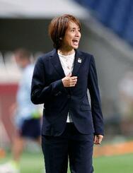 日本―スウェーデン 前半、指示を出す高倉監督=埼玉スタジアム