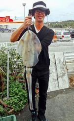 浜比嘉島で2キロのシルイチャーを釣った知名定邦さん=3日