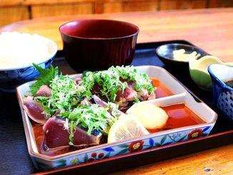 新鮮なカツオを使った「かつおのタタキ定食」。たっぷりのネギやシソ、ニンニクなどの薬味も添えられる