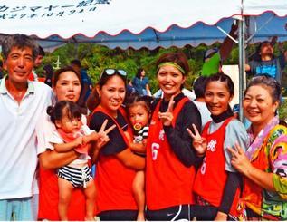 見事なチームワークで優勝し喜ぶ(左から)父の吉昭さん、里紗さん、里穂さん、里留さん、里駒さん母の里子さん=国頭村・かいぎんフィールド国頭〓