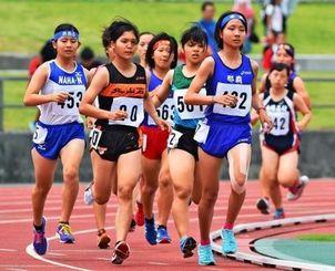 女子1500メートル予選で力走する選手=30日午前、沖縄市・県総合運動公園陸上競技場(金城健太撮影)
