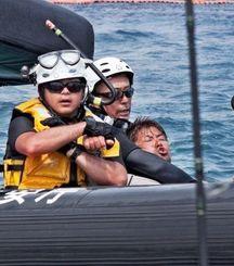 海上保安官に首を押さえられる男性=27日午後2時19分ごろ、名護市辺野古沖(谷内俊文さん提供)