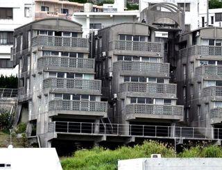 2006年の豪雨の影響で傾いたままのマンション=8日午後、那覇市首里鳥堀町