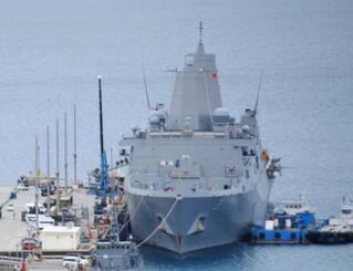 うるま市の米軍ホワイトビーチに寄港した米海軍の輸送揚陸艦グリーン・ベイ(右)=19日、うるま市の米軍ホワイトビーチ