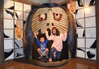 トリックアートを楽しむ子どもたち=28日、豊見城市・沖縄アウトレットモールあしびなー
