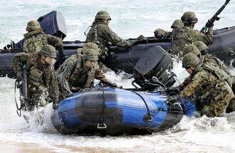 米軍との実動訓練を行う陸自の水陸機動団=2020年2月、沖縄県金武町の米軍ブルービーチ訓練場