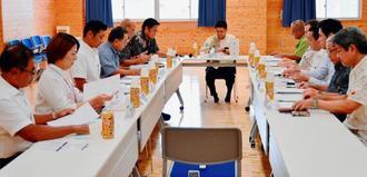 第1回沖縄空手振興ビジョン「振興・発展」検討部会で協議する委員ら=8月24日、豊見城市の沖縄空手会館