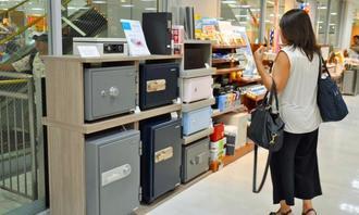 百貨店内の文具店に開設された家庭用金庫の売り場=那覇市、デパートリウボウ7階「CARTOLERIA」