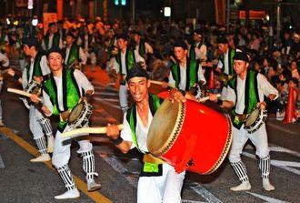 迫力ある演舞で沿道を沸かせた中の町青年会の道ジュネー=15日午後、沖縄市・胡屋十字路(松田興平撮影)