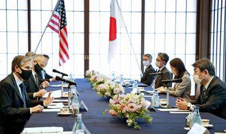 会談に臨む茂木外相(右端)と米国のブリンケン国務長官(左端)=16日午後、東京都港区の飯倉公館(代表撮影)