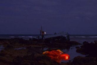 リーフ上にある大破したオスプレイ=14日午前1時40分すぎ、名護市安部の海岸
