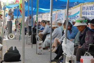 仮設テントで座り込みを続ける人たち=11日午前11時ごろ、名護市辺野古の米軍キャンプ・シュワブゲート前