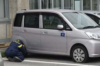 タイヤがパンクさせられた公用車=7日午前11時、読谷村役場