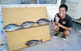 万座毛の磯で48.5センチ、1.54キロのヒレーカーを釣った松原拓磨さん=20日