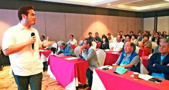 スービックの経済状況について説明するSBMAのリー副社長(左)の話に耳を傾ける視察団=26日、フィリピン・スービック経済特別区